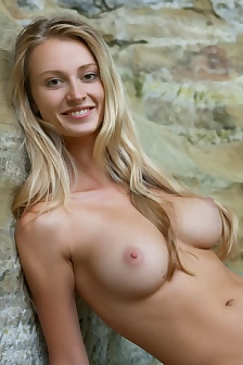 Busty Carisha Is Nude Outdoor